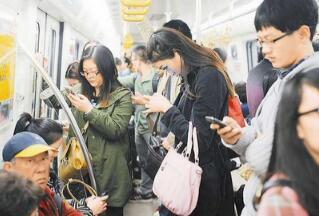 震惊!长期低头玩手机 眼袋来得快!